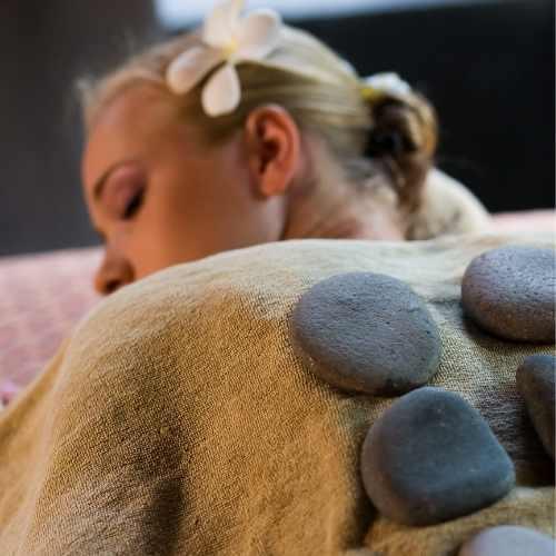masaje con piedras calientes en castelldefels, elya therapies