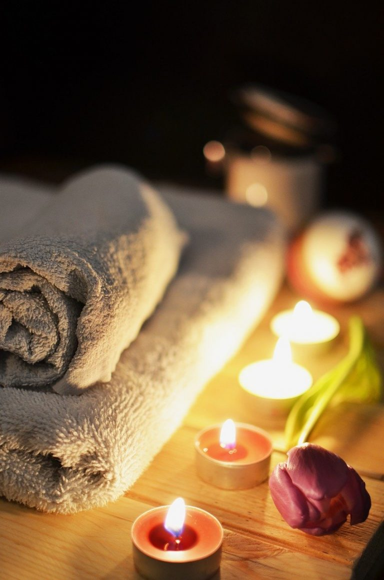 toallas y velas para un masaje relajante en castelldefels